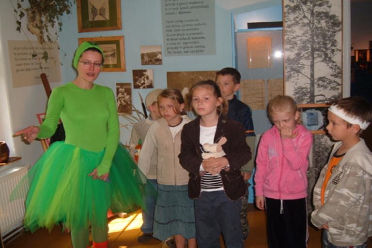 Leśniczówka Pranie - Warsztaty dla dzieci. Na zdjęciu grupka dzieci podczas lekcji warsztatów.