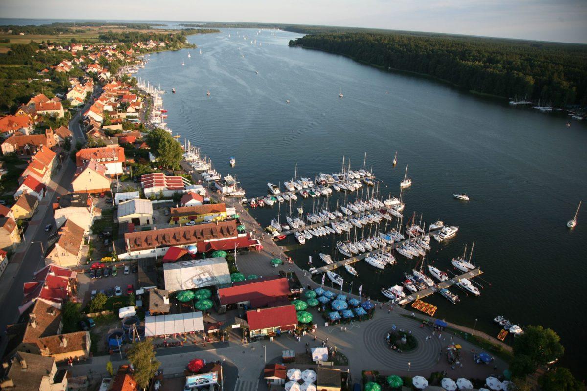 Mikołajki panorama miasta z lotu ptaka. Na zdjęciu centrum miasta z przystanią żeglarską.