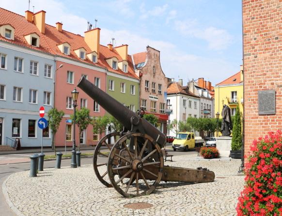 Morąg - Armata przed ratuszem miejskim.