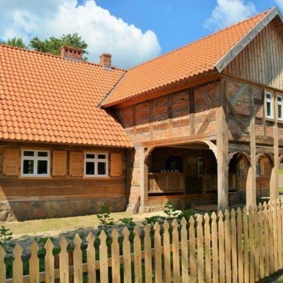 Muzeum Budownictwa Ludowego - Skansen w Olsztynku. Na zdjęciu zabytkowa chata z drewna.