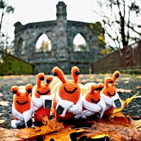 Miasto Morąg w sieci miast Cittaslow. Na zdjęciu pięć pluszowych maskotek ślimaków na tle amfiteatru w Olecku.