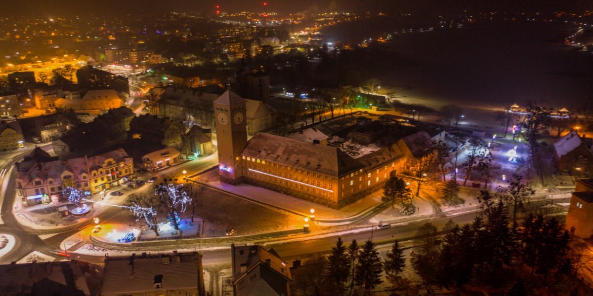 Szczytno - panorama miasta zimą.