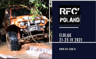 Plakat zapraszający do Elbląga na imprezę motoryzacyjną Rainforest Challenge RFC Poland - Elbląg 2021. Na zdjęciu samochód terenowy pokonujący wodne przeszkody.