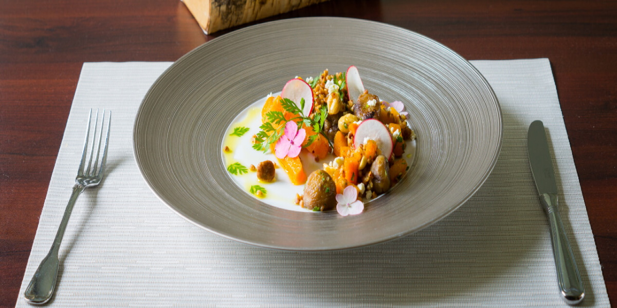 Na zdjęciu wiosenne danie z grzybami i warzywami, przygotowane przez Hotel Amax w Mikołajkach.