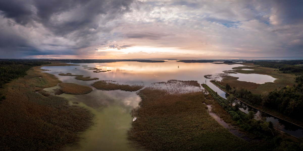 Panorama jeziora Seksty i wpadającego do niego Kanału Jeglińskiego.