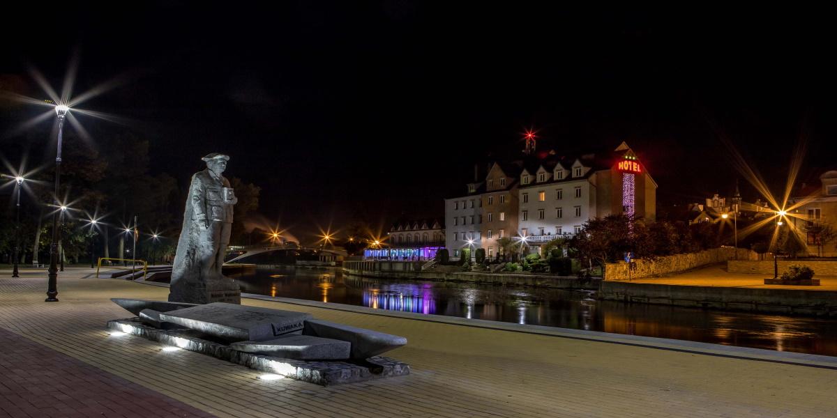 Nabrzeże nocą nad rzeką Pisa w Piszu.