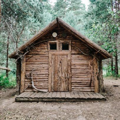 Chata traperska w środku lasu w Republice Ściborskiej.