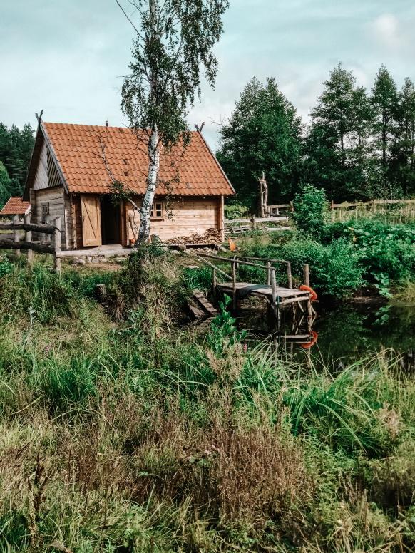 Republika Ściborska, zdjęcie chaty nad stawem.