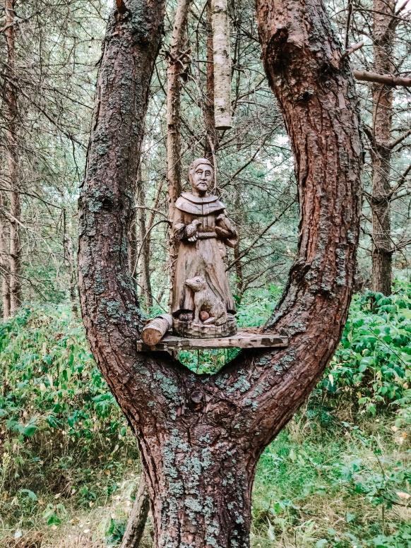 Republika Ściborska. Figurka ustawiona na drzewie.