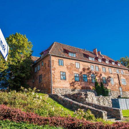 Zamek krzyżacki w Kętrzynie. Zdjęcie przedstawia fragment Zamku w Kętrzynie od strony parku.
