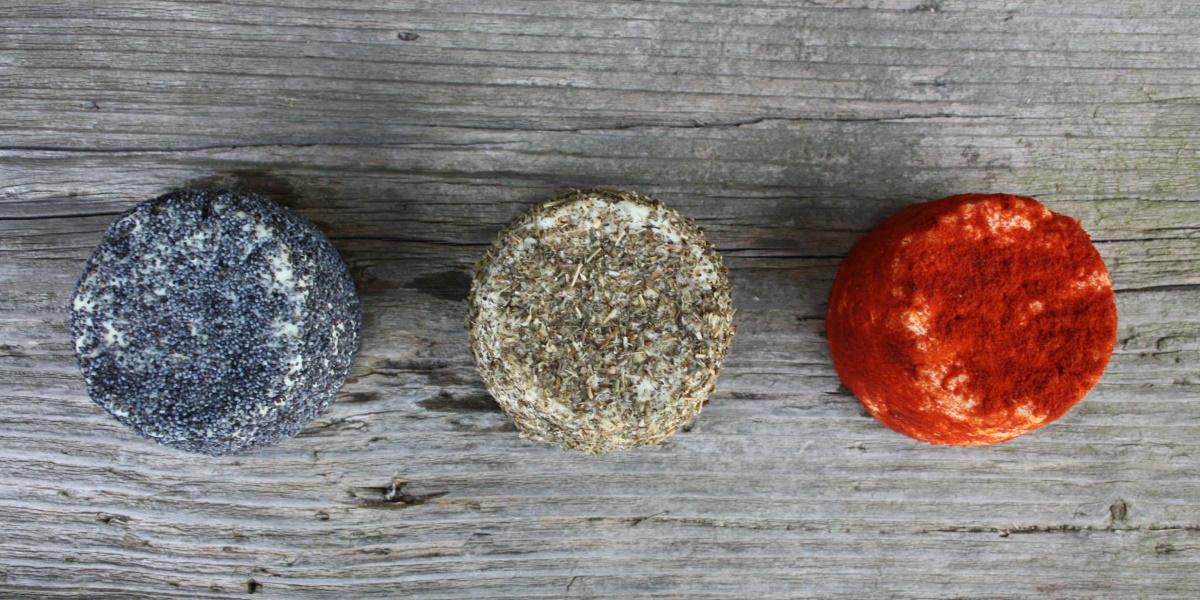 Na zdjęciu trzy sery owcze w różnych kolorach wyprodukowane w Gospodarstwie Owczarnia Lefevre położonym we wsi Kiersztanowo.