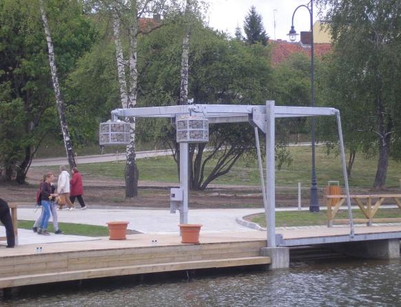 Ekomarina w Rynie. Na zdjęciu dźwig do podnoszenia żaglówek.