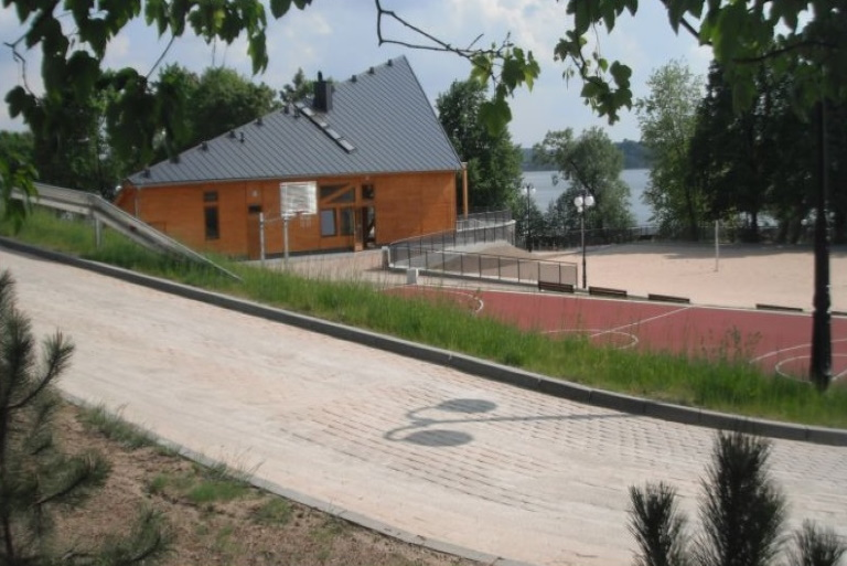 Zdjęcie przedstawia widok budynku głównego ekomariny w Mrągowie nad jezioremCzos.