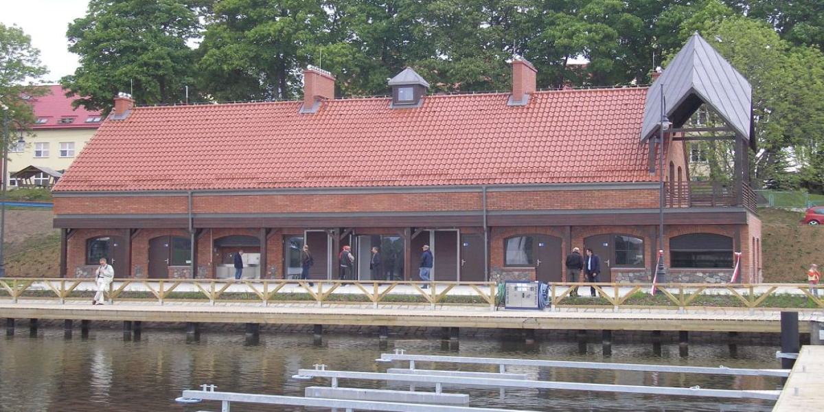Ekomarina w Rynie. Zdjęcie przedstawia widok przystani żeglarskiej od strony jeziora.
