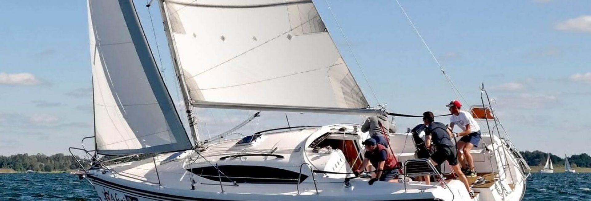Na zdjęciu żaglówka płynąca podczas rejsu na Szlaku Wielkich Jezior Mazurskich.