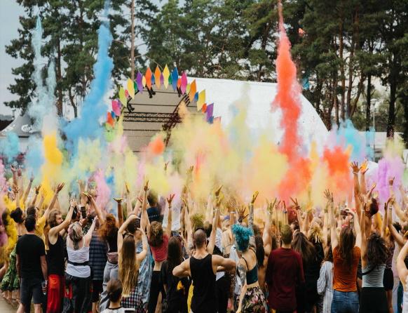 Zdjęcie z Festiwalu Wibracje, który promuje dbanie o siebie, ekologię, zrównoważony rozwój, życie w harmonii i zdrowiu ze sobą i otaczającym światem. Na zdjęciu koncert podczas którego odbywa się festiwal kolorów.