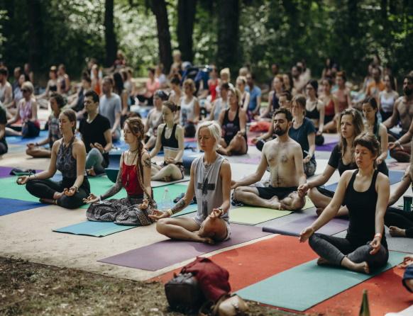 Zdjęcie z Festiwalu Wibracje, który promuje dbanie o siebie, ekologię, zrównoważony rozwój, życie w harmonii i zdrowiu ze sobą i otaczającym światem. Na zdjęciu uczestnicy festiwalu podczas zajęć z medytacji.