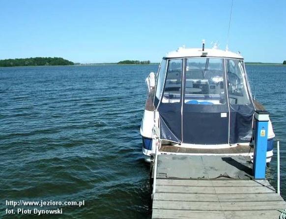 Jezioro Mamry. Na zdjęciu motorówka przycumowana do pomostu.