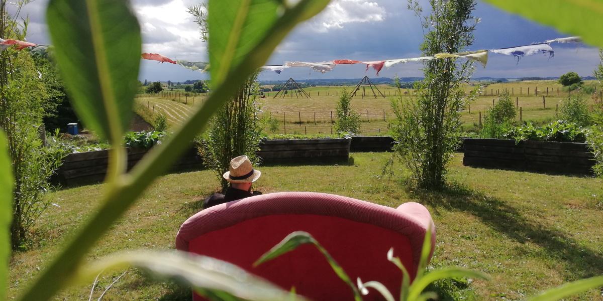 Panorama od strony gospodarstwa ekologicznego na uprawę warzyw.