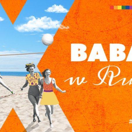 Plakat graficzny zapraszający Olsztyna na warsztaty z cyklu Baba w Ruchu, spotkania, koncerty i warsztaty - Olsztyn 2021. Na plakacie zdjęcie trzech kobiet. Jedna gra w siatkę a dwie biegną po plaży. Tło plakatu  pomarańczowe.