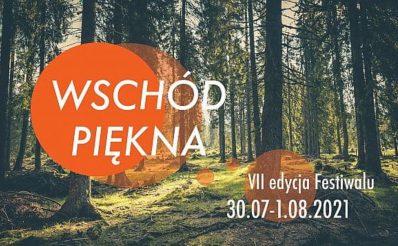 Plakat graficzny zapraszający do Muzeum Budownictwa Ludowego w Olsztynku na 7. edycję Festivalu Wschód Piękna - Olsztynek Skansen 2021. Tłem plakatu jest zdjęcie lasu.