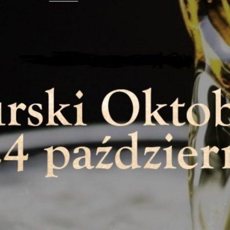 Plakat graficzny zapraszający do Rynu na kolejną edycję Mazurskiego Oktoberfest w Hotelu Zamek Ryn 2021. Na plakacie w tle widzimy butelkę piwa z której nalewane jest piwo do kufla.