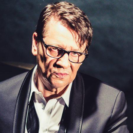 Zdjęcie artysty Macieja Maleńczuka zapraszające do Olsztyna na koncert w Filharmonii Warmińsko-Mazurskiej w Olsztynie 2021.