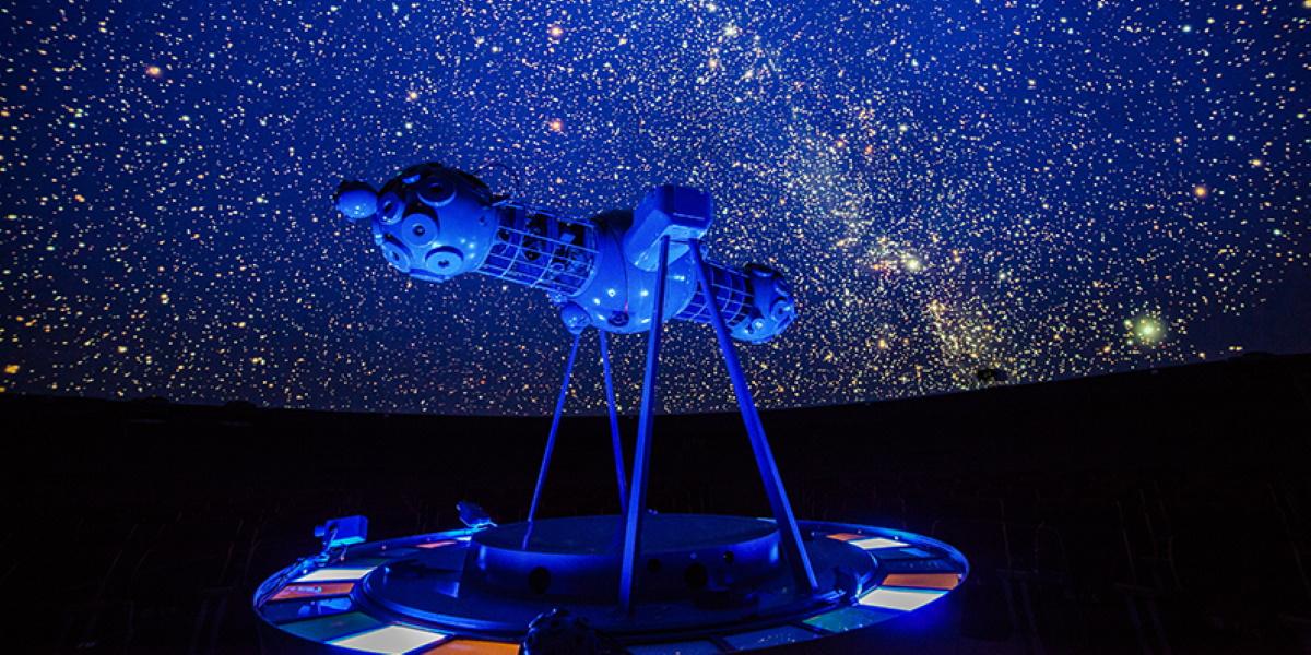 Wnętrze kopuły Planetarium Astronomicznego w Olsztynie. Na zdjęciu rzutnik podczas pokazów gwiazd na niebie.