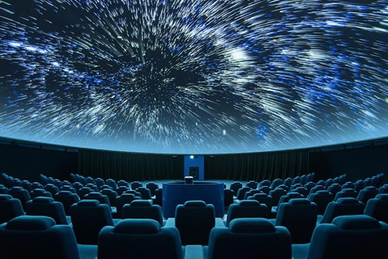Wnętrze kopuły Planetarium Astronomicznego w Olsztynie. Na zdjęciu pokaz gwiazd na niebie na kopule Planetarium.